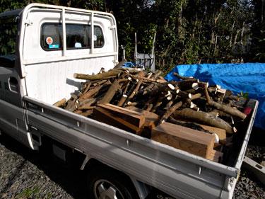 軽トラでしいたけほだ木運搬
