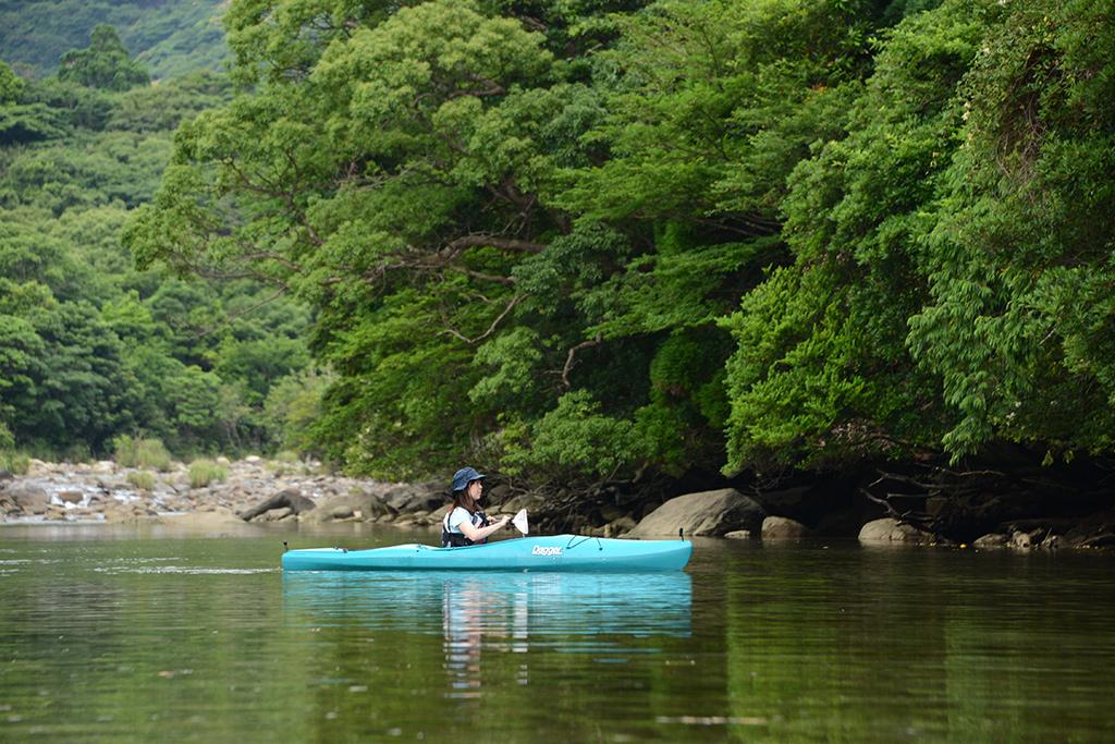 栗生川に静かに浮かべたカヤックで、自然の音に包まれる