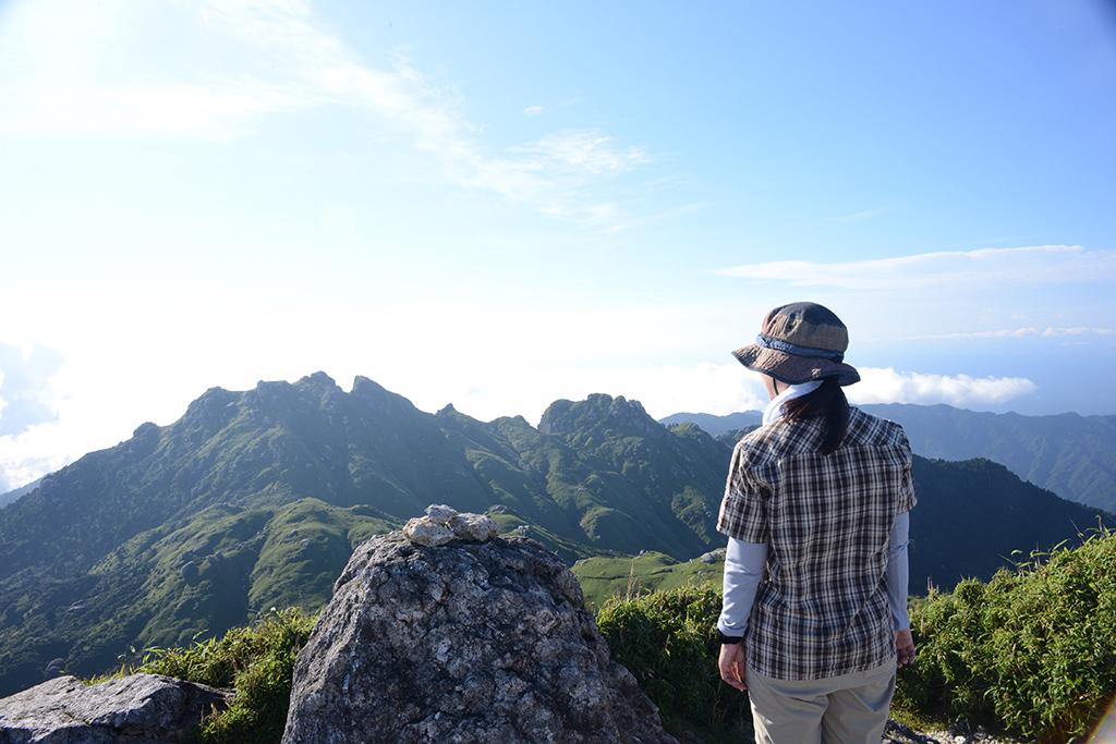 青空の下眺める永田岳