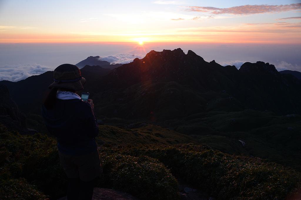 太陽が永田岳、そして口永良部の向こう側へと沈んでいきます