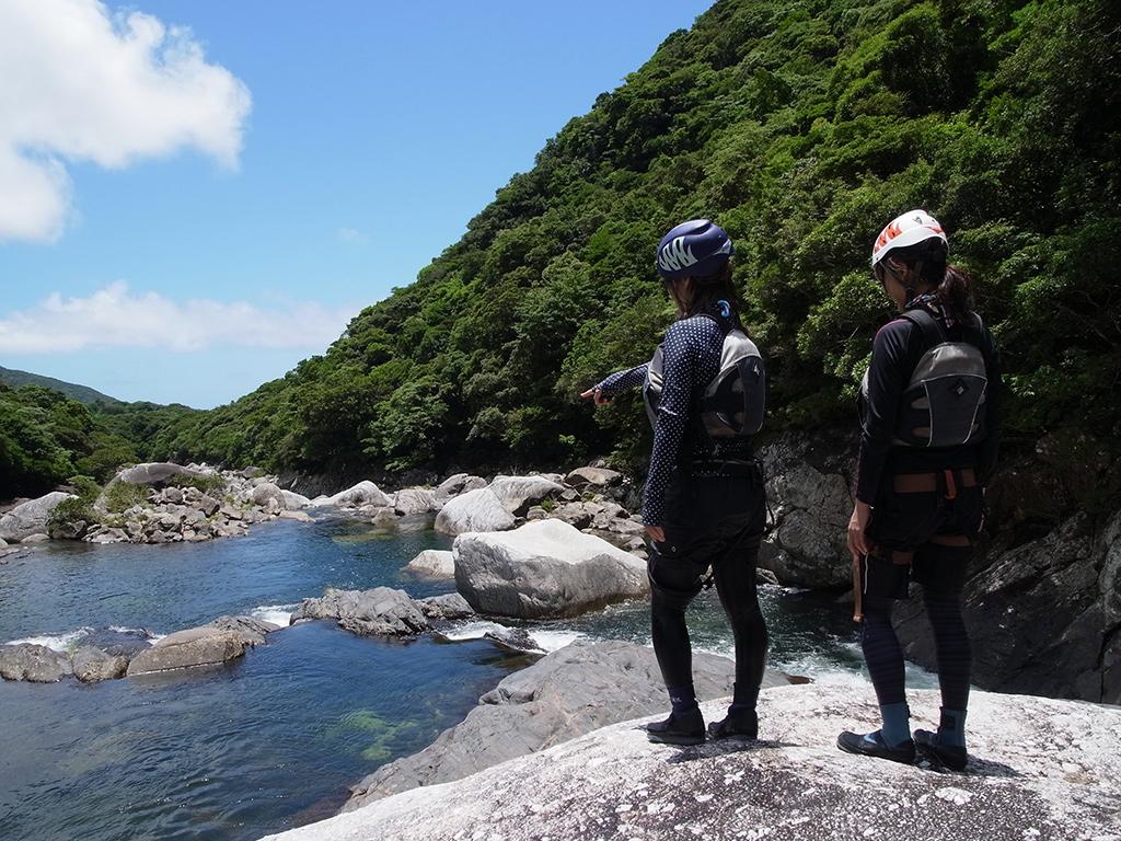 青い空、緑の森、白い雲、そしてエメラルドの水。屋久島の魅力が凝縮
