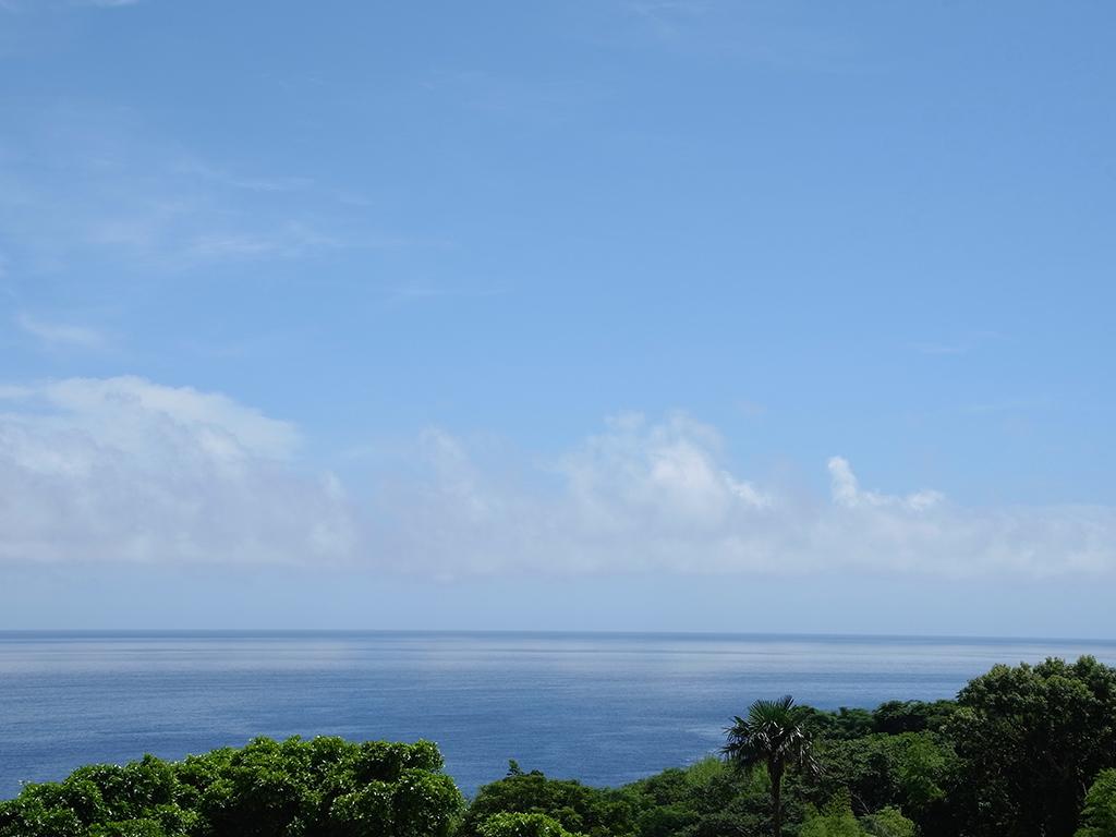 夏の雲が海に白く映り込む屋久島の梅雨明けの海