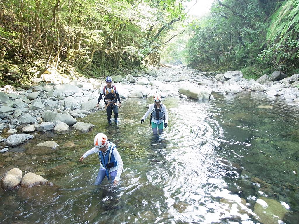 まずは沢登りの体慣らし。水の中ので見えにくい足場を探りながら進む光景の写真