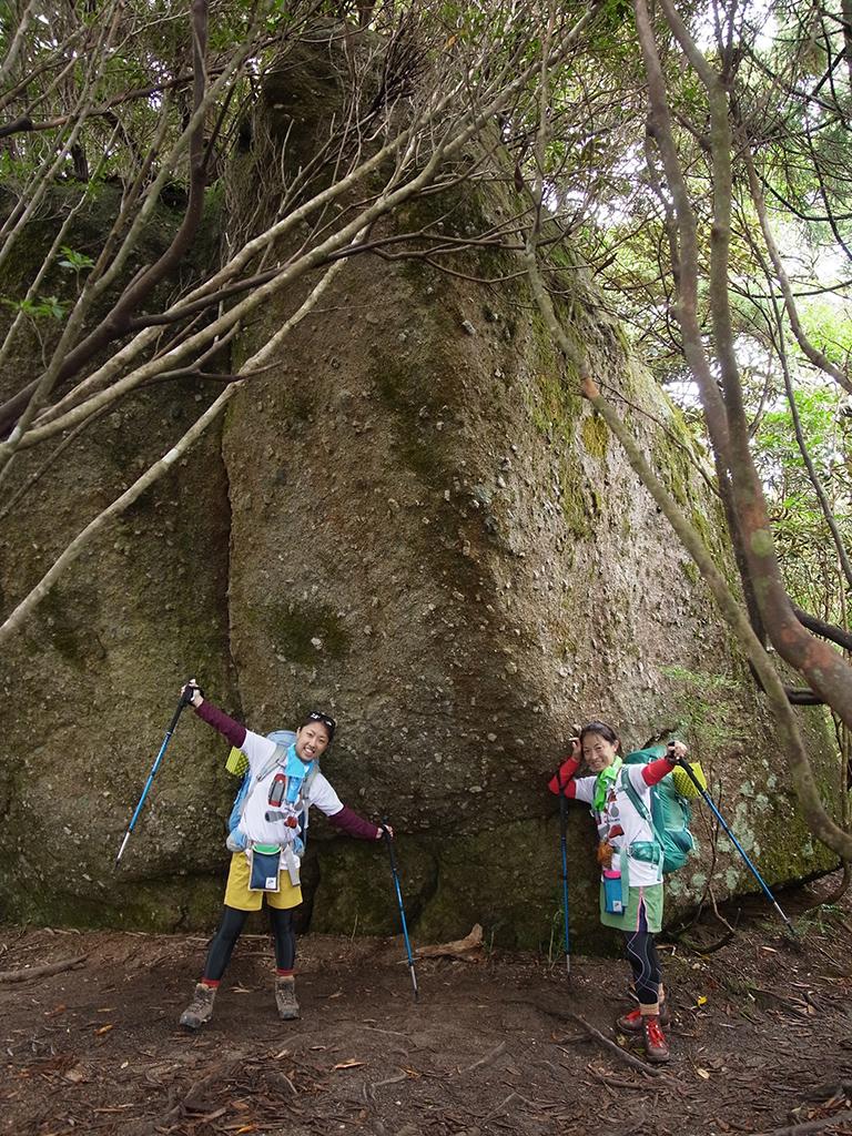 森の中に鎮座する花崗岩の巨石を前に記念撮影