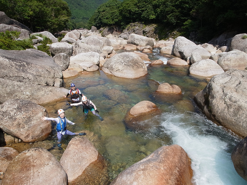 家族3人、3年ぶりにまた沢登りをしにきてくれた写真。大岩だらけの川にて。