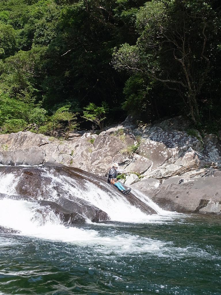 天然ウォータースライダーを滑り落ちる参加者写真