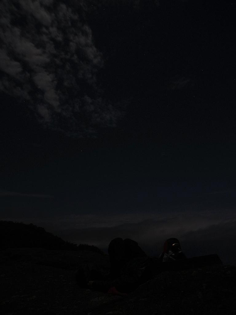 月光と星明かりのみの世界で横たわり、宇宙(そら)を眺め続ける参加者Mさんの写真