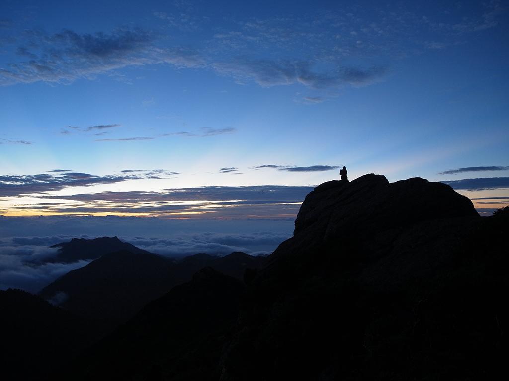 夜明けの空を朝陽のスジが空というキャンバスに線を描き出している写真