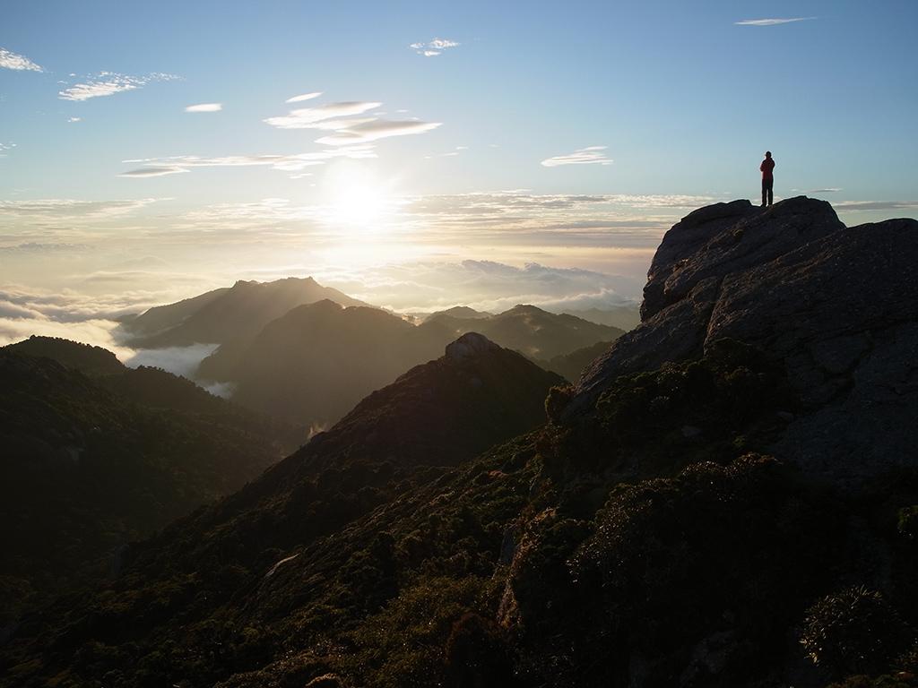 朝陽が山々に光という命を吹き込む雄大な景色の写真