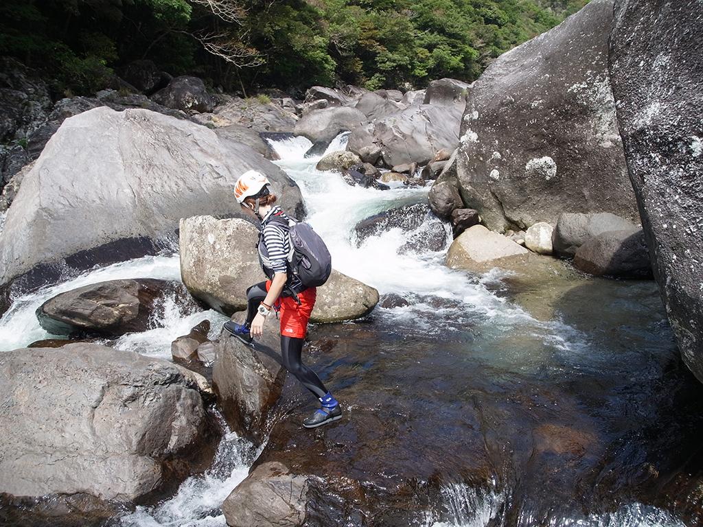 白く水しぶきを飛ばしている瀬に挑む直前の参加者の写真