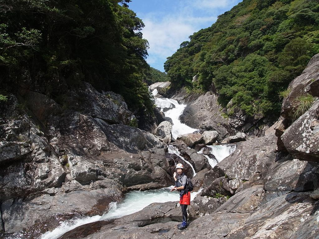 名瀑・お谷ヶ滝の流れを前に記念撮影