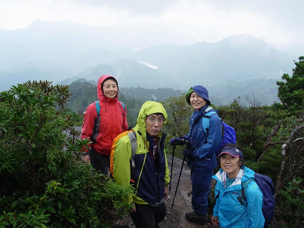 太忠岳山頂横で4人揃って記念撮影