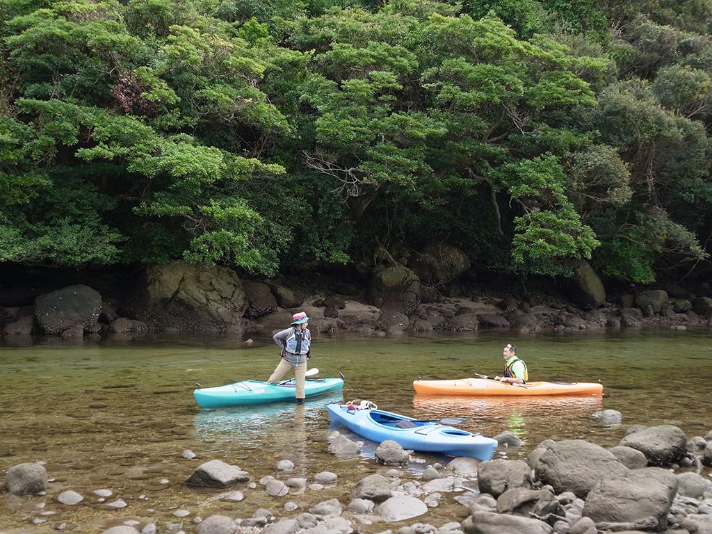 中州での休憩のため、カヤックから下りて話をする参加者二人の写真