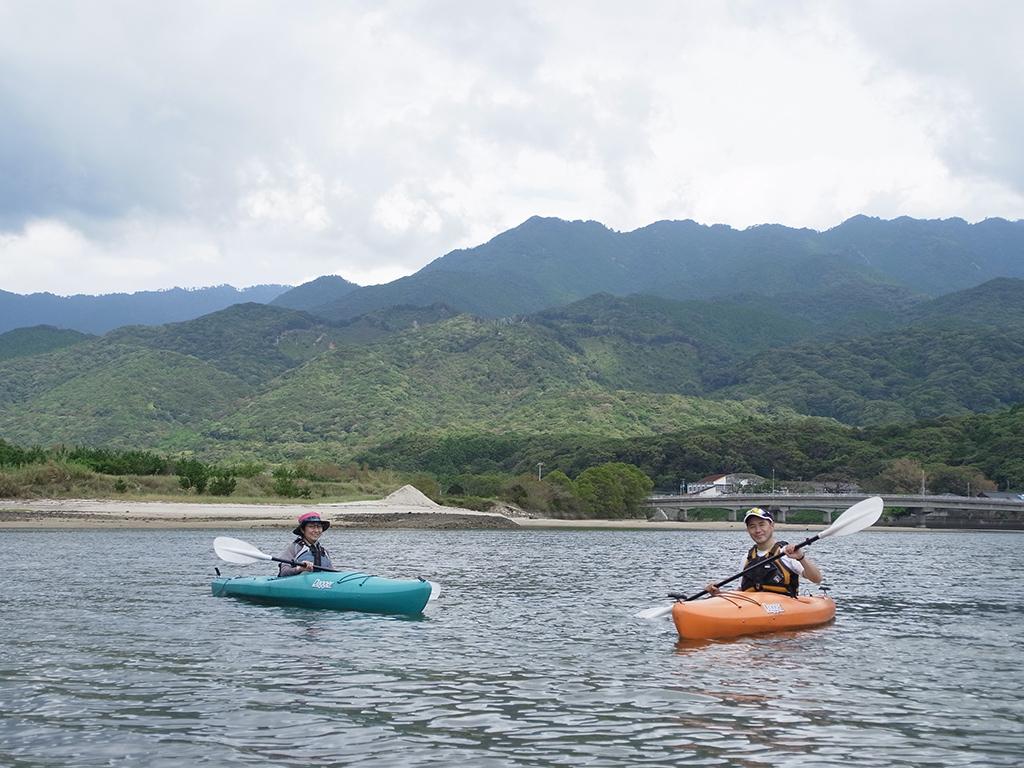 陽射しが出て来て色が鮮やかになる山々をバックにカヤック2艇で記念撮影
