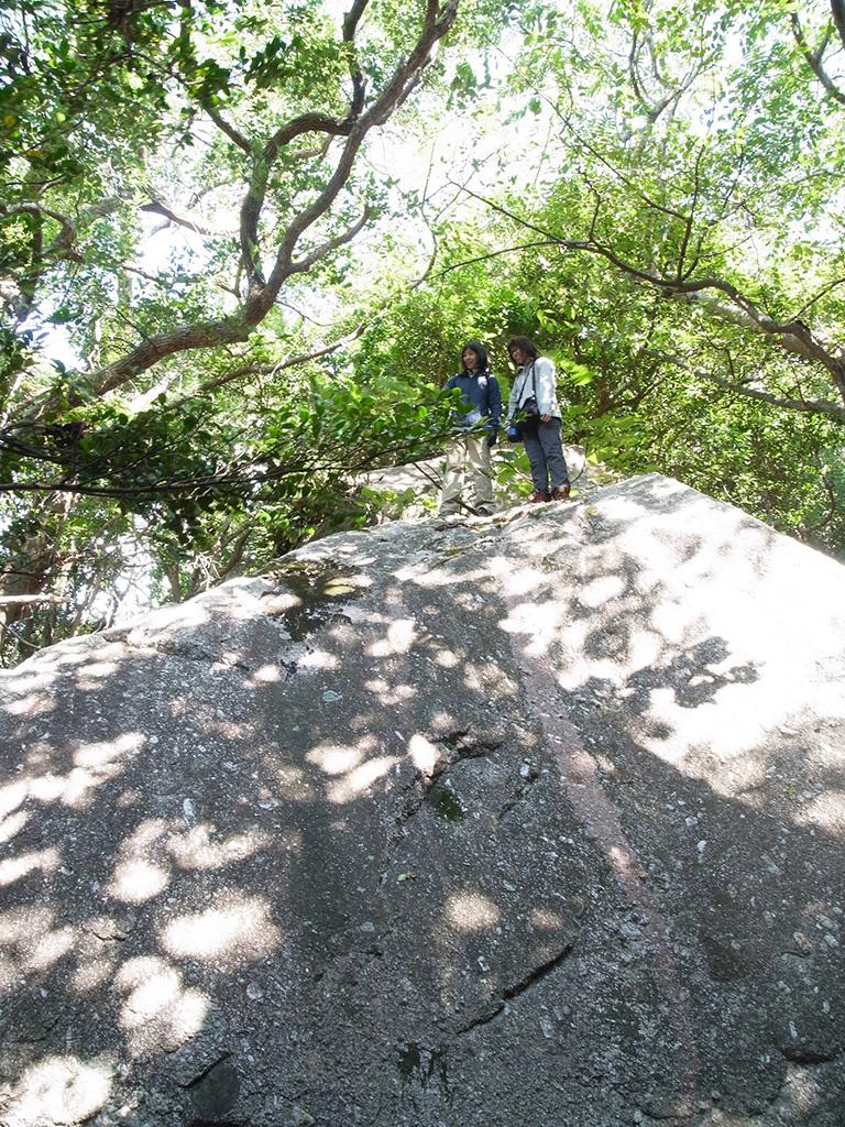 子供達の遊びっぷりに大人も我慢しきれず、大岩に登る大人二人の写真