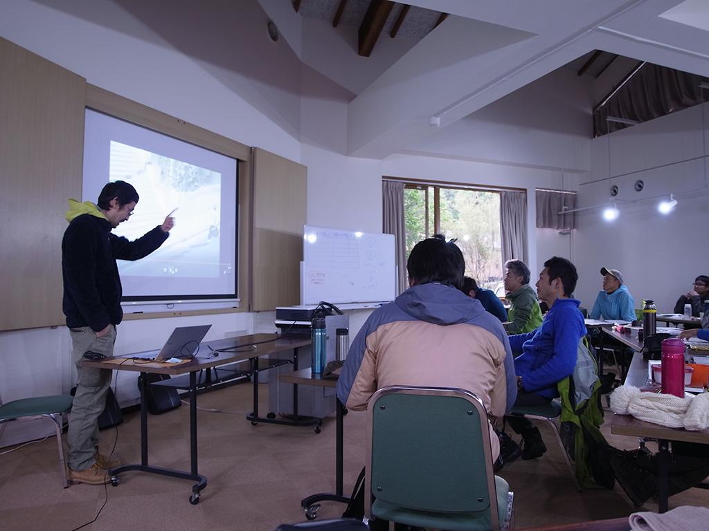 スライドを前に話を進める講師・サムさんの話を必死に理解しようとしている受講者の写真