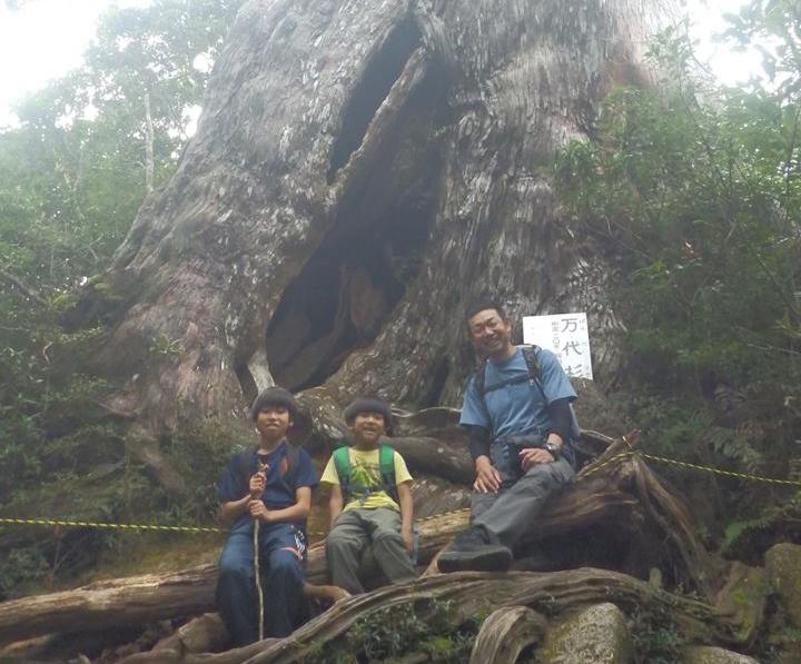 万代杉前で、家族3人揃っての記念写真