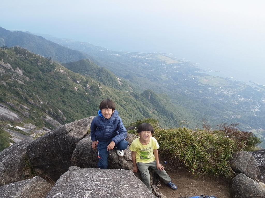 山頂で麦生方面をバックにしながら息子達の記念撮影