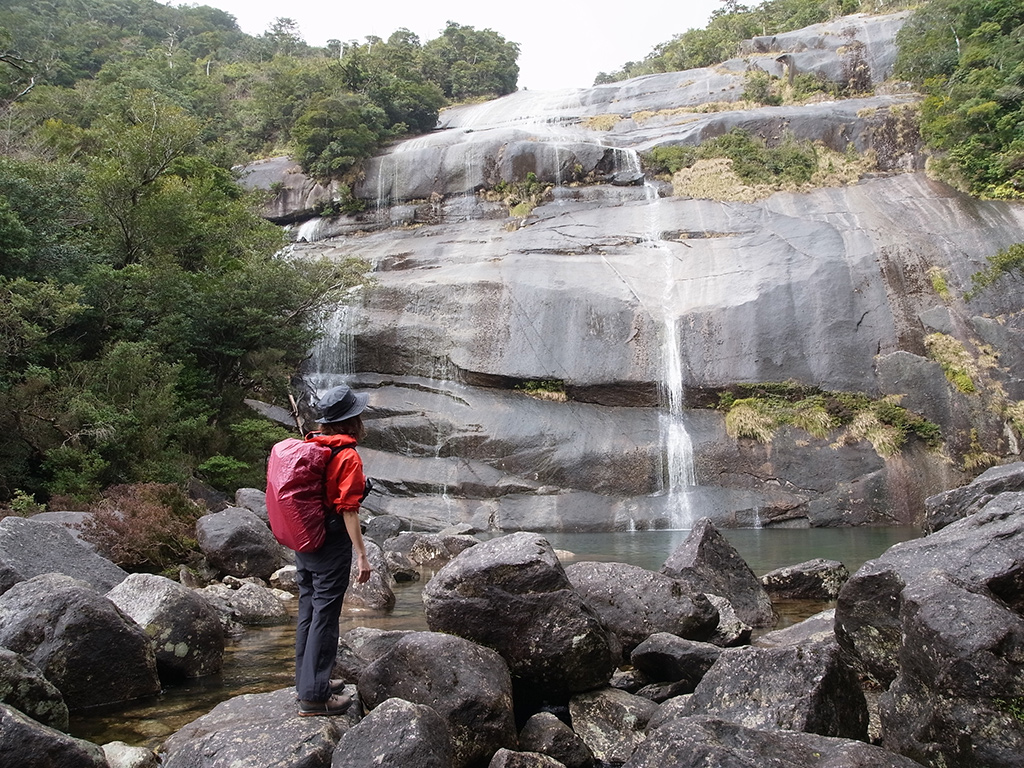 蛇之口滝に到着し、滝を眺める参加者の写真