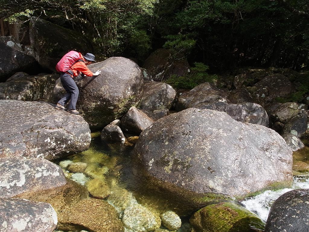 雨のせいで岩が滑る滑る(笑)そこを恐る恐る歩いている参加者の写真