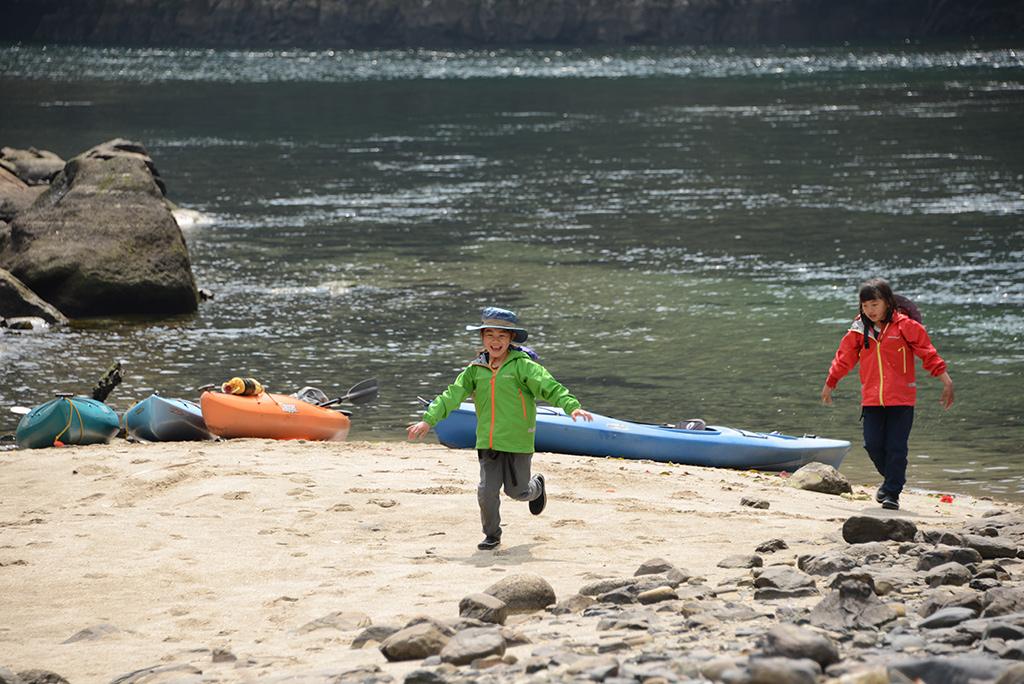 安房川カヤックでの途中、中州で休憩した時、砂浜を走り回る姉妹二人の写真