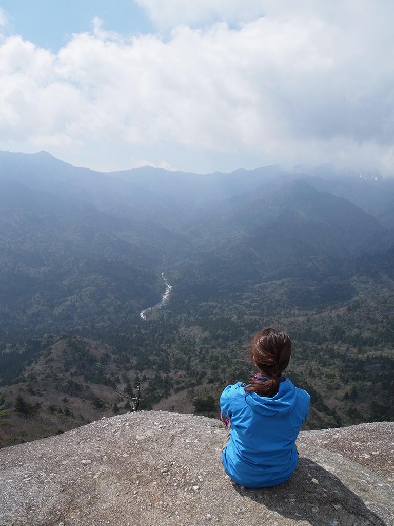 太鼓岩からの景色に心を奪われる参加者の姿