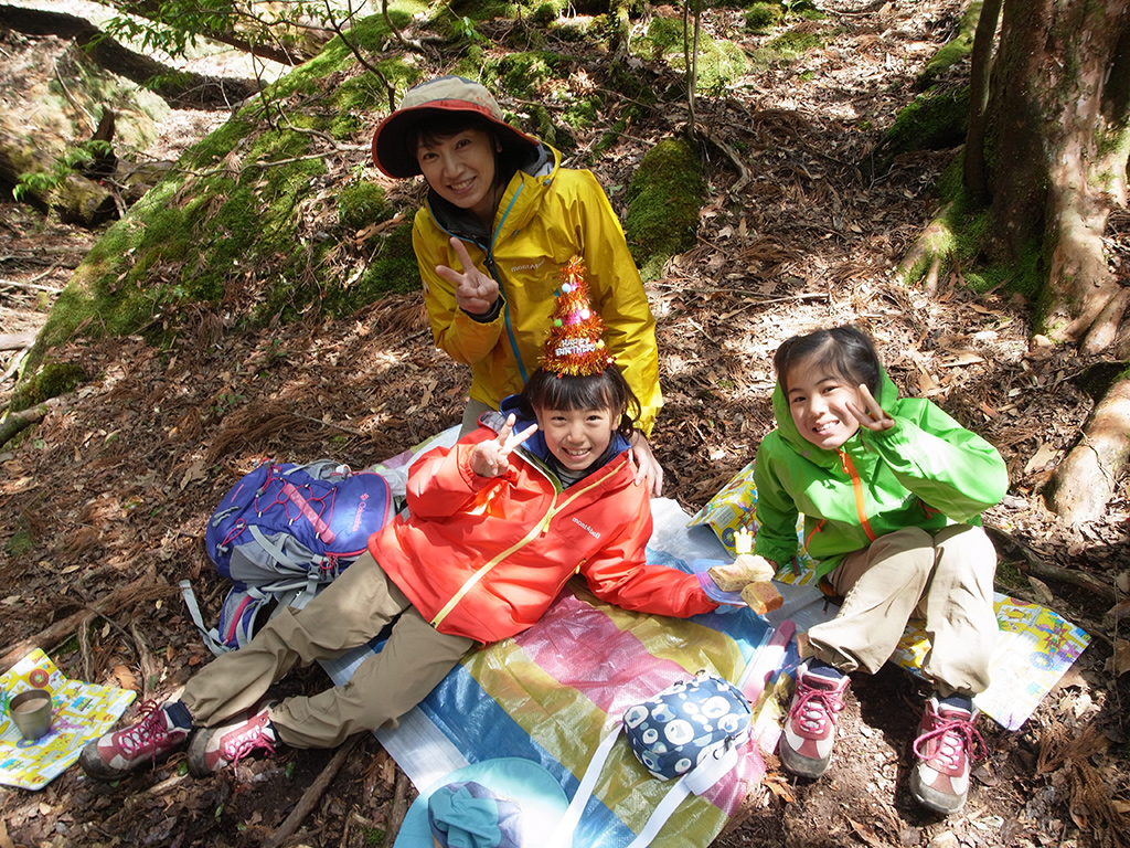 森の中で行う誕生日祝いを前に記念撮影