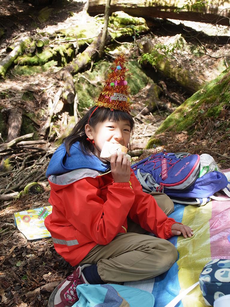 ケーキを嬉しそうにほおばって満面の笑みを浮かべているSチャンの写真