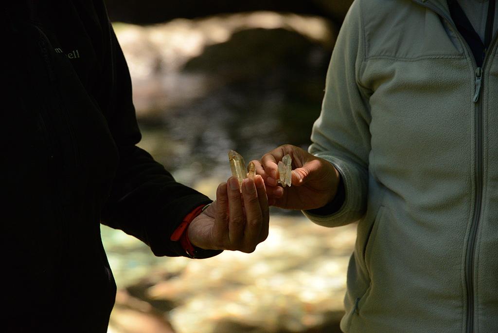 参加者が見つけた大きな水晶を手に持つアップ写真