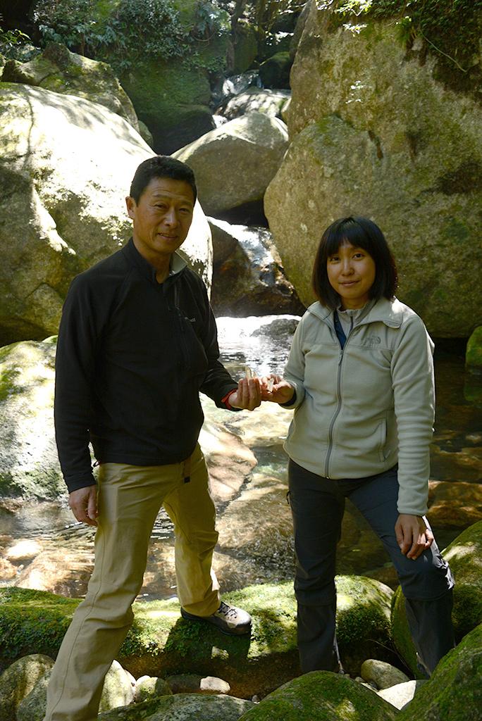 二人が拾った大きな水晶を手に持って記念撮影