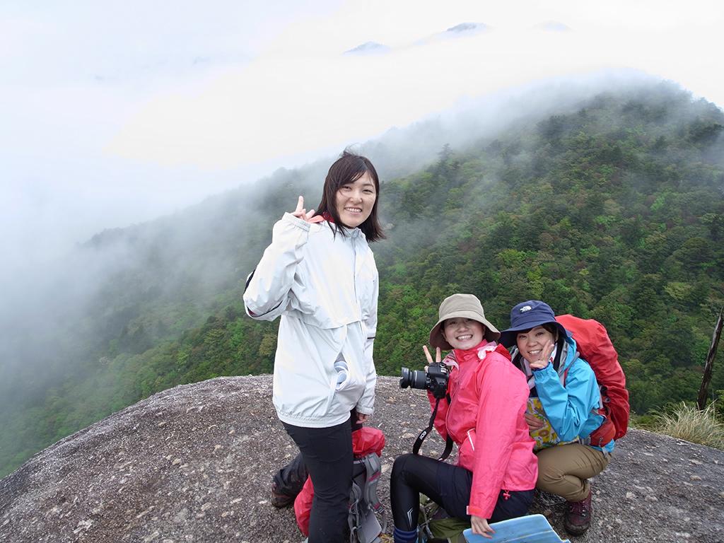 太鼓岩のうえで、雲がガバッと取れて、山々が見えた所での記念写真
