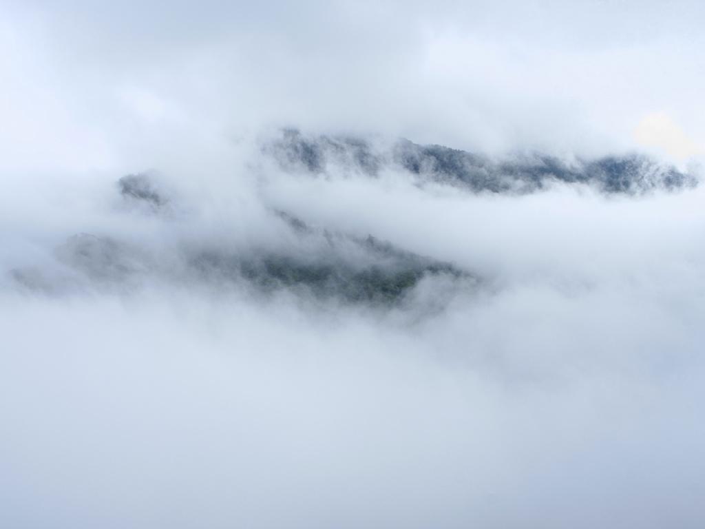 全く見えなかった山肌が雲の切れ間からチラッと見えた時の写真