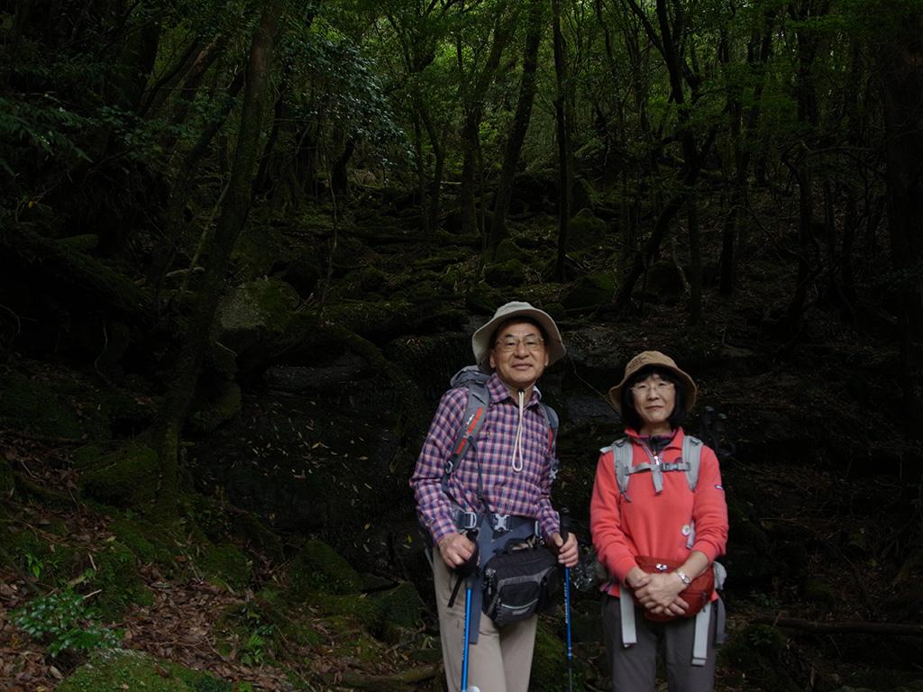 美しいコケエリアでのツーショット撮影なのだが、まだ早朝にて暗い森の前に立っているように見えるご夫妻の写真