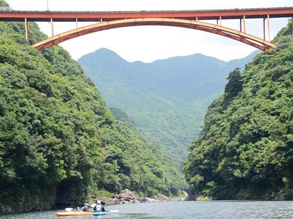 松峰大橋の下をカヤックで漕ぎ進むヘビーリピーターT夫妻