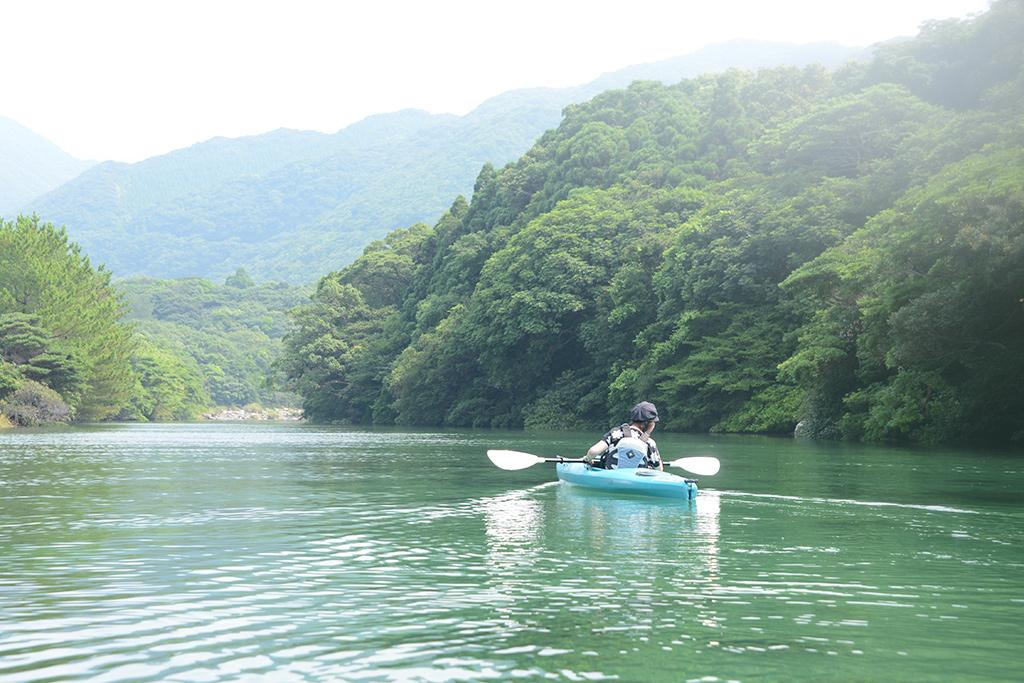栗生川のその透明な水をカヤックの上から覗き込むようにして見ている参加者のカヤック風景