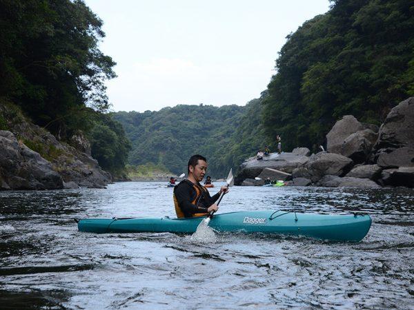 栗生川だけでなく、安房川も台風の影響を受けて水量は多く、その流れに必死に立ち向かうNさんの写真