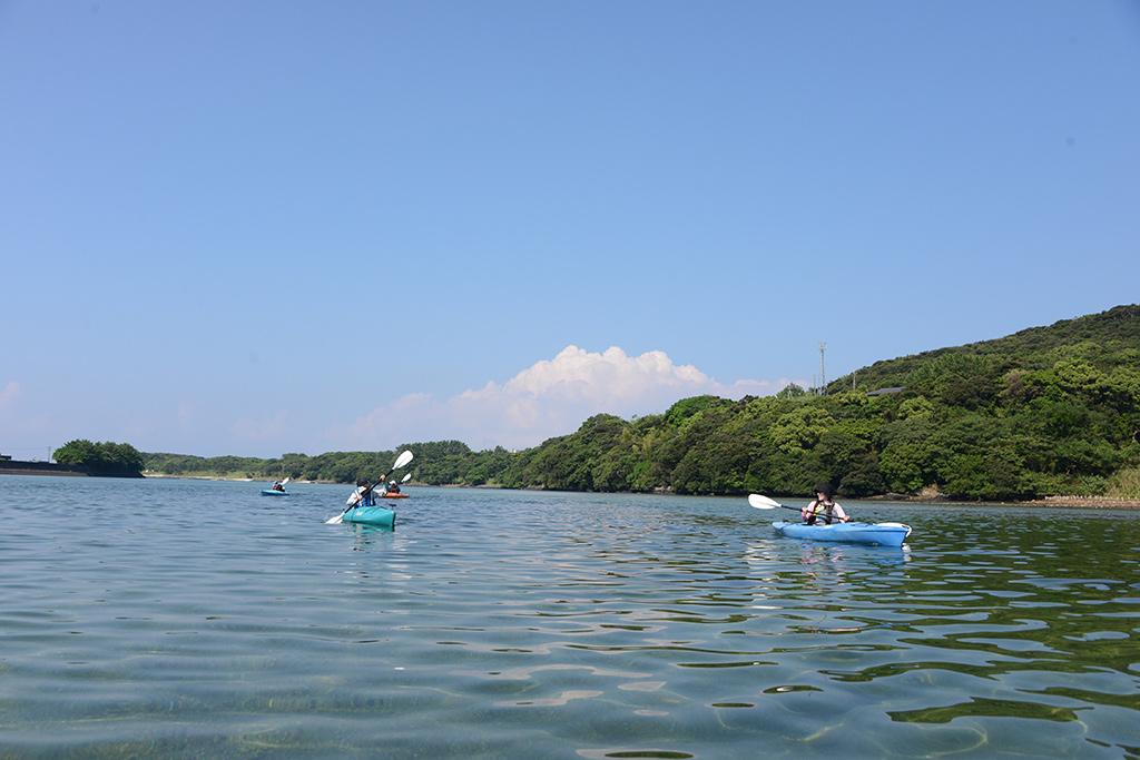 家族揃って元気に河口からカヤックで漕ぎ出した時の写真