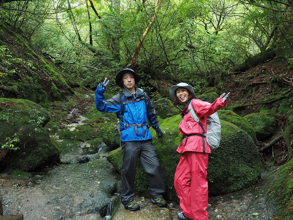 雨上がりの深い緑に包まれた2人の写真