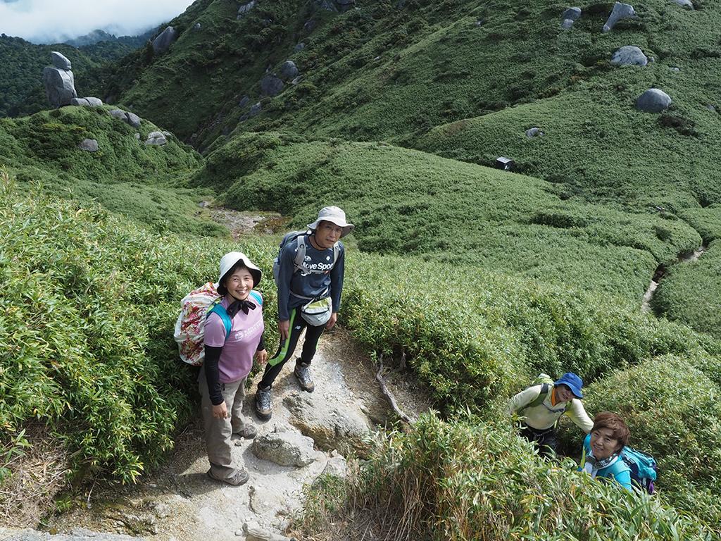 宮之浦岳に取り付いて、最後の登りに挑んでいる所の写真