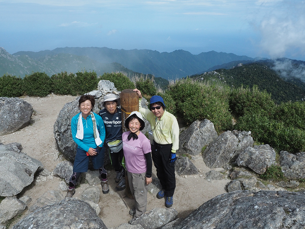 宮之浦岳山頂での記念撮影