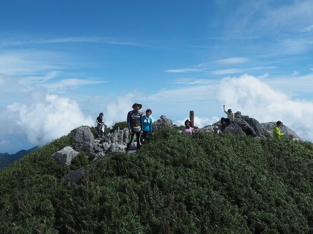 宮之浦岳山頂部を離れた岩の上から撮った遠景写真