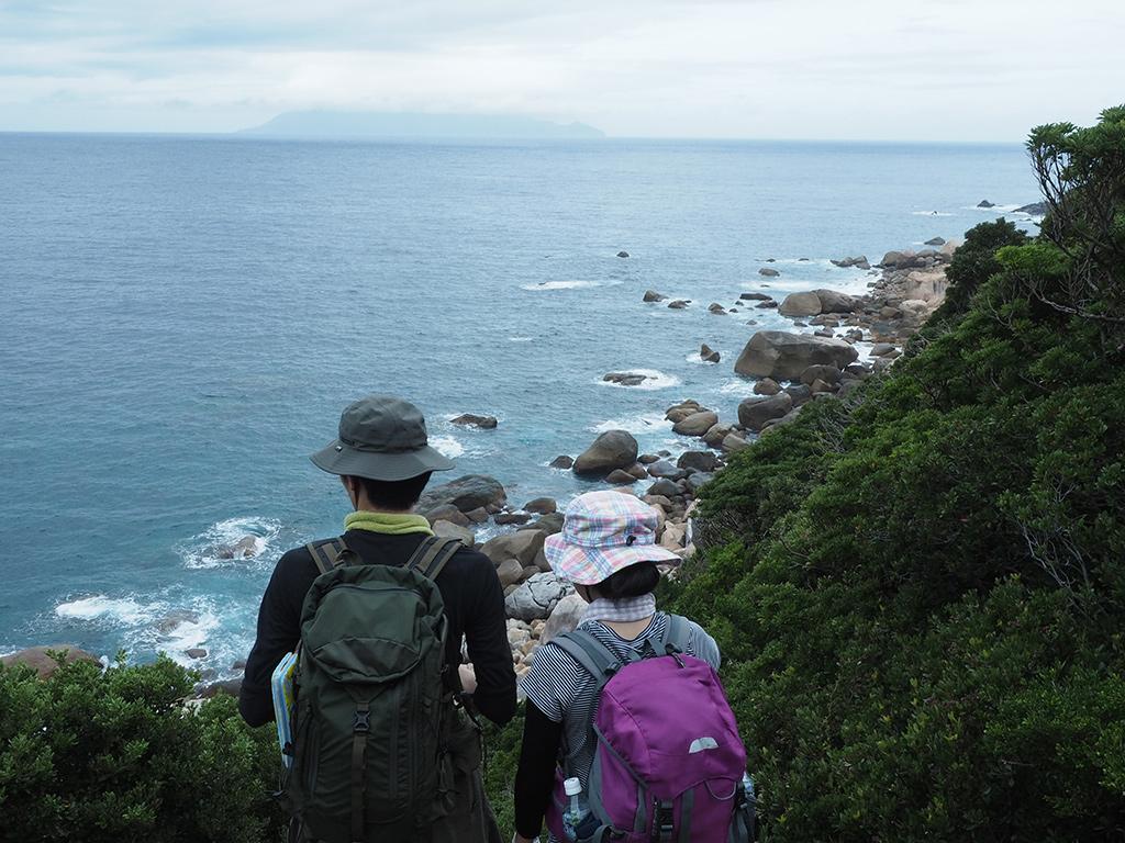 私の秘密のビューポイント「お猿の展望所」から絶景を望む参加者二人の後ろ姿