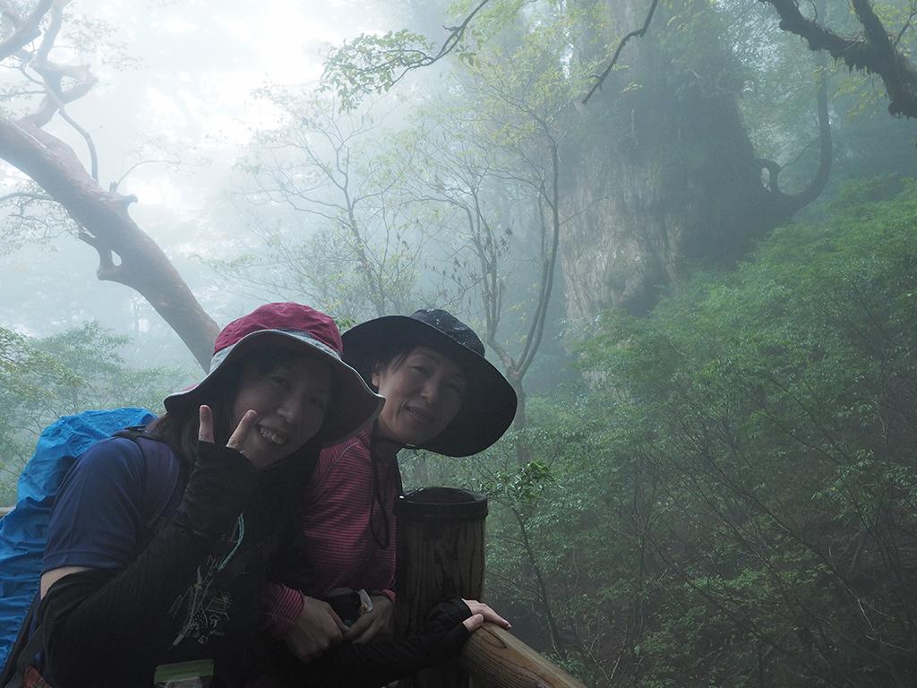 ついに念願の縄文杉に逢った時の二人の写真