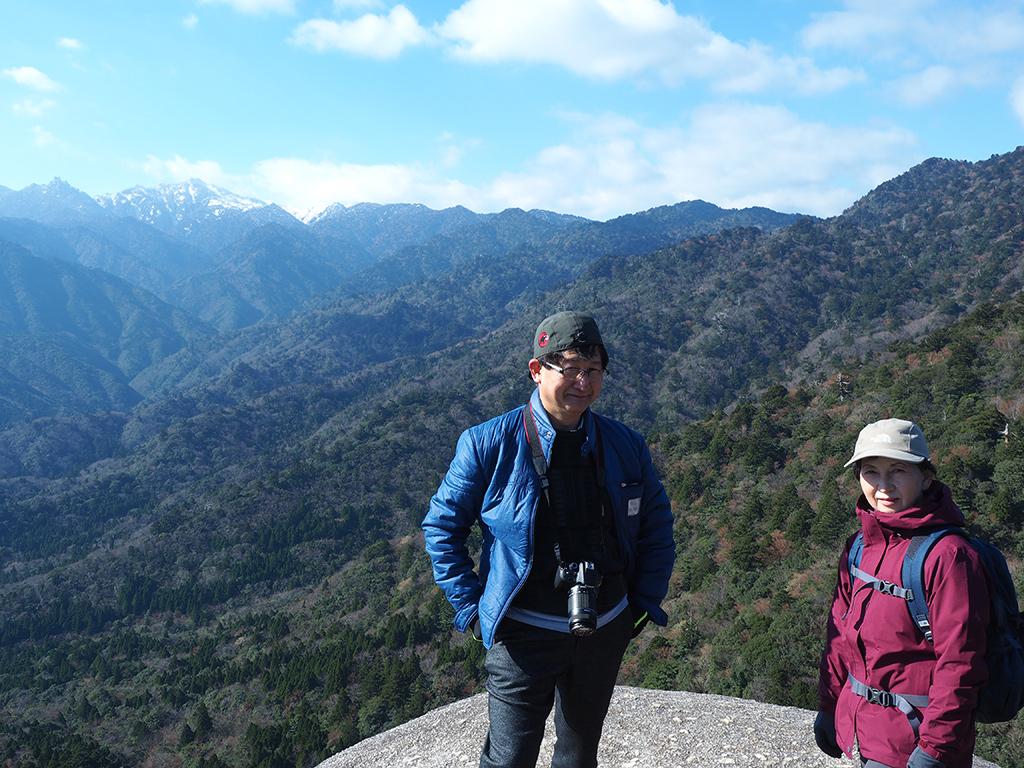 太鼓岩からは、遠くに雪化粧した宮之浦岳が見え、それをバックに記念撮影