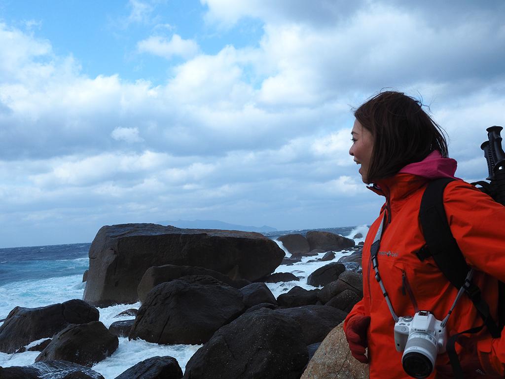 汐の華が舞うのを嬉々として眺める参加者の写真
