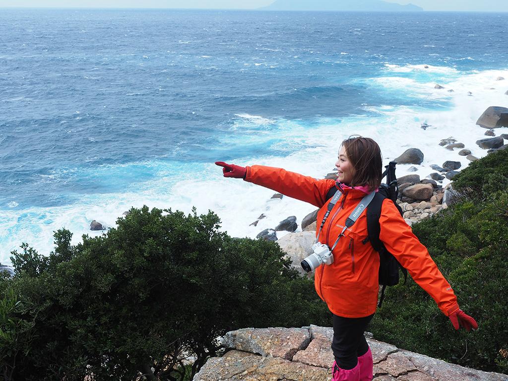 海に降り注ぐ光のすじを指さす参加者の写真
