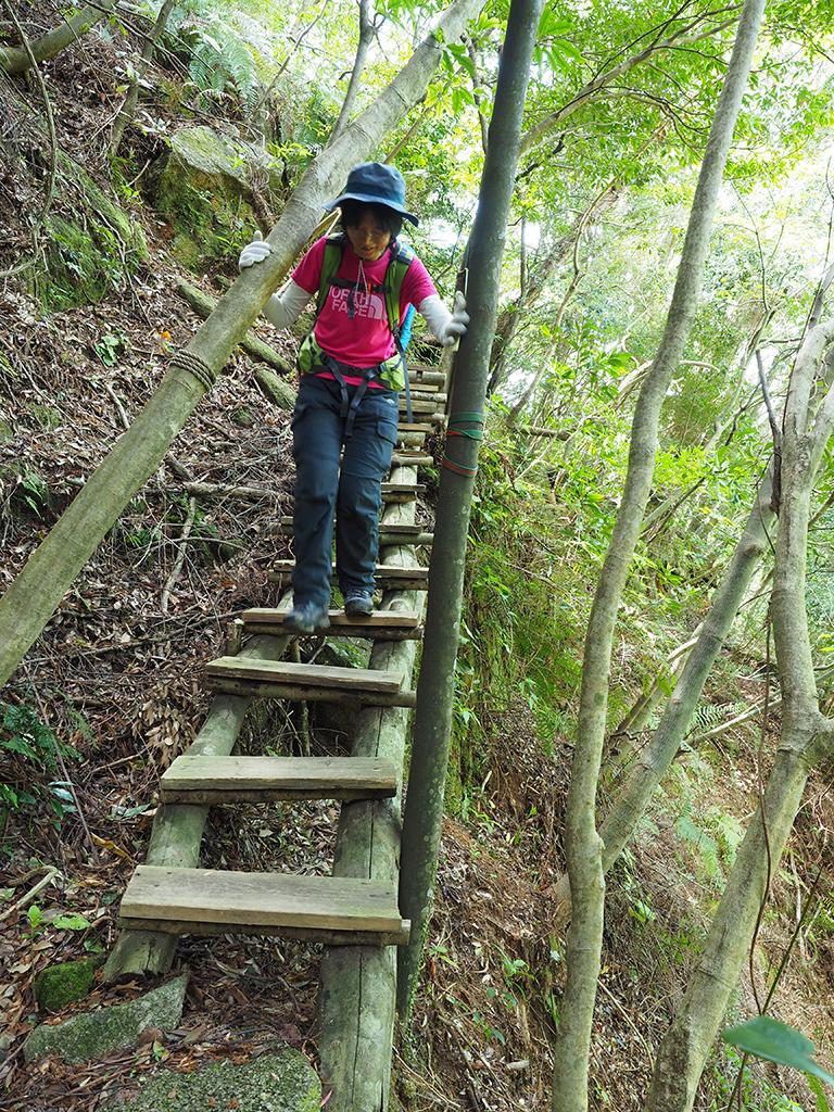 かつて崖崩れのあった場所に出来たちょっとスリリングな階段