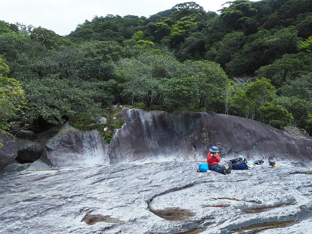巨大な岩盤の上でランチをとる参加者の写真