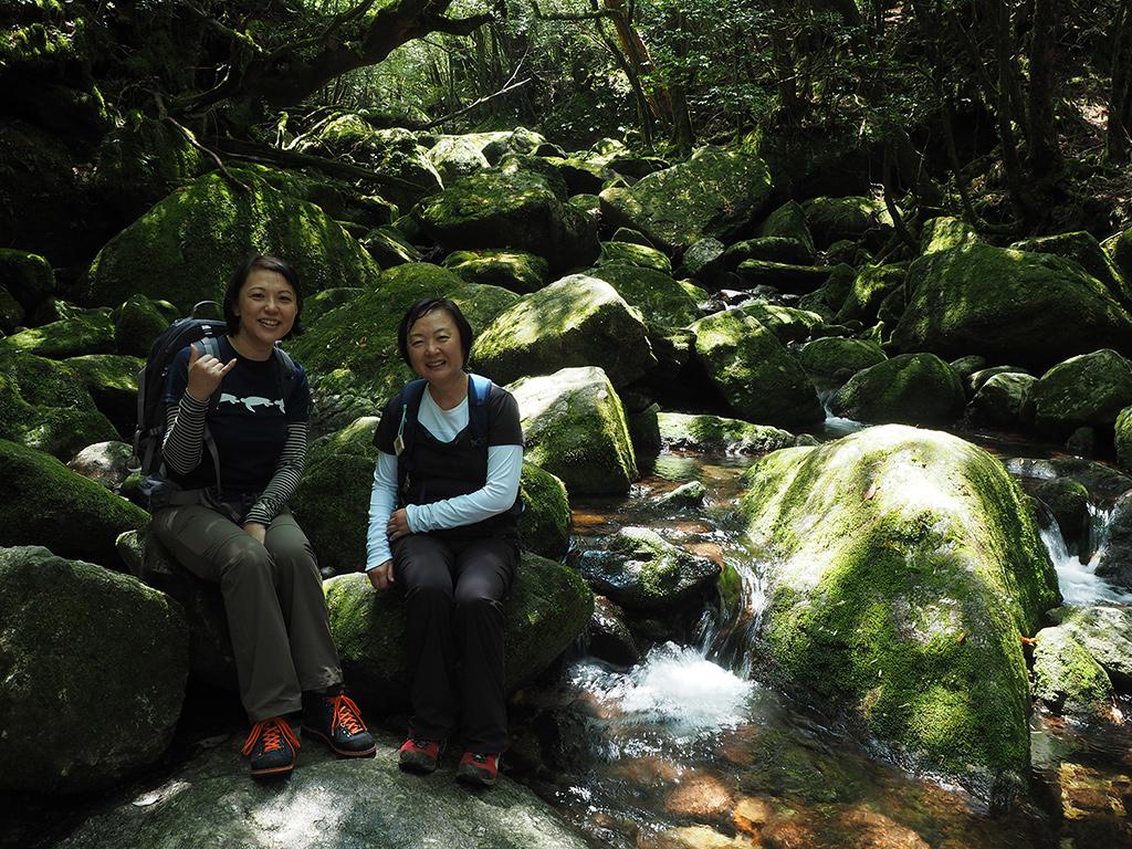 白谷雲水峡の苔風景といえばといった感じの場所で撮る参加者二人の写真