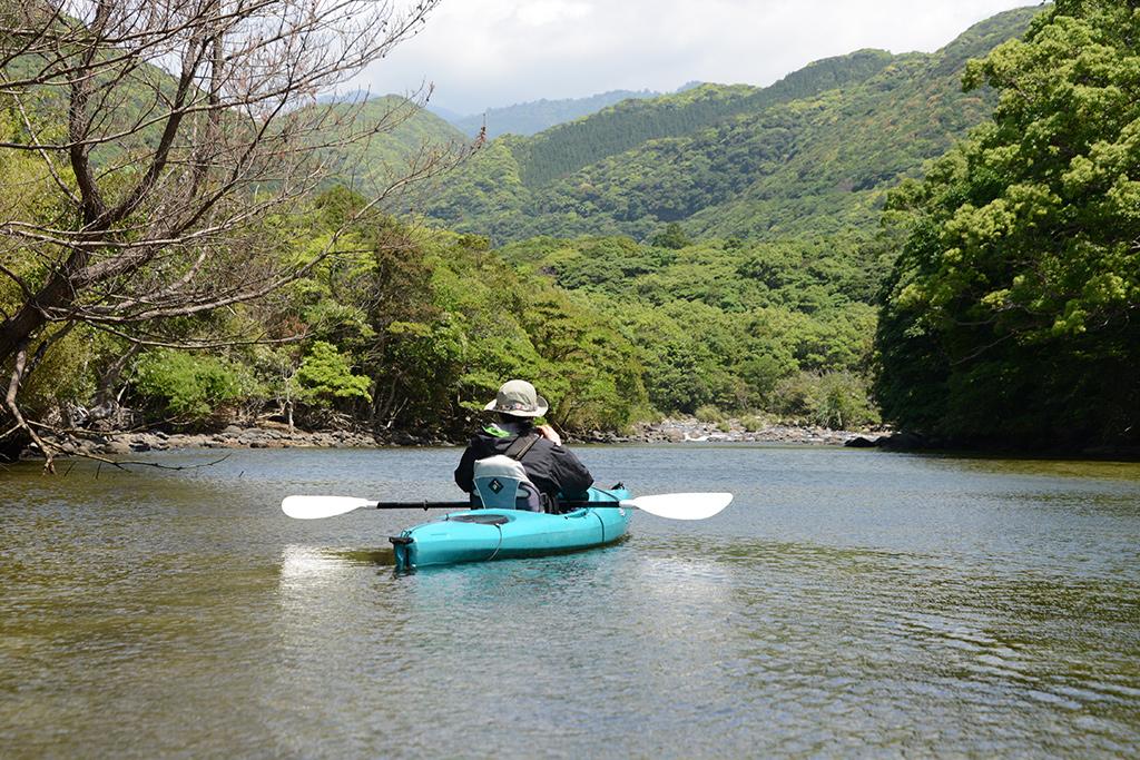 カヤックを漕ぐMさんの後ろ姿写真